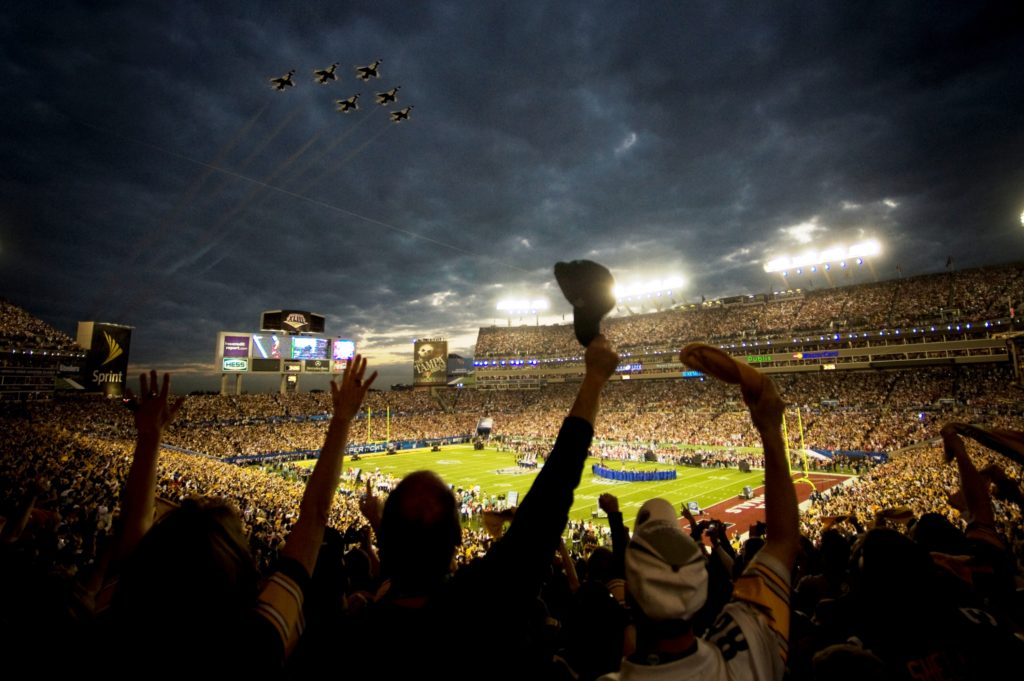 The+2009+US+Air+Force+Thunderbirds+fly+over+Superbowl+XLIII+in+Tampa%2C+Fla.%2C+Feb.+2.++%28RELEASED%29
