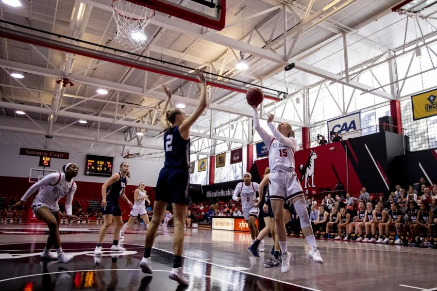 Freshman+guard+Anna+Boruta+goes+for+a+jumper+in+a+game+against+Yale.