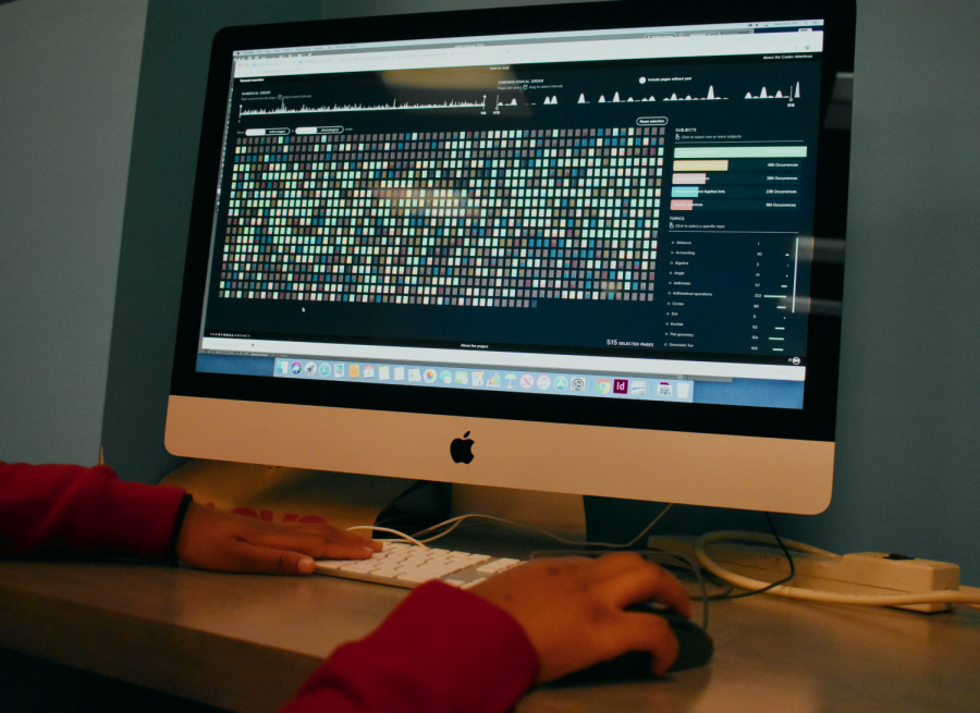Students explore the online version of Codex Atlanticus.