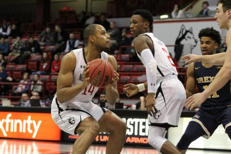 Men's basketball faces another close loss against Delaware