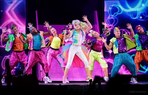 """""""JoJo Siwa performing in Cedar Park, Texas (2019-09-18)"""" by RalphArvesen is licensed with CC BY-NC 2.0. To view a copy of this license, visit https://creativecommons.org/licenses/by-nc/2.0/"""